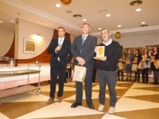 Antonio Almécija recibiendo el Reconocimiento ASPAPROS por parte del Cristobal García, Presidente de ASPAPROS
