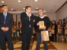 Antonio Almécija recibiendo unas emotivas palabras por parte de Andrés Repullo