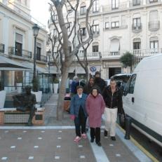 Paseando por la Plaza Flores del casco histórico de Almería, junto a la estatua homenaje a John Lennon
