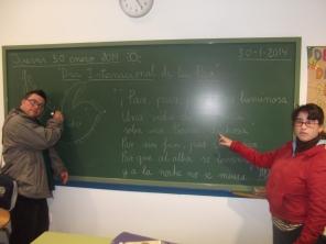 Alejandro y Sonia nos muestran una poesía en la pizarra de su taller