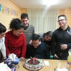 Alejandro soplando su tarta de cumpleaños