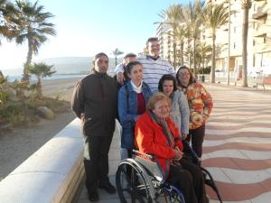 Grupo de clientes en el paseo marítimo