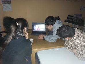 Grupo del PTVAL visionando un video