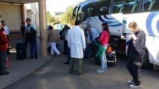Organizando las maletas en el autocar