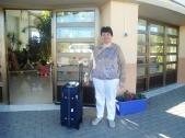 Dolores con su maleta en la puerta de la residencia