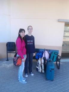 Miguel con Sandra, una de las cuidadoras que van al viaje