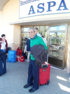 Manuel esperando a guardar su maleta