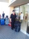 Joana con su maleta a la espera de irse de vacaciones