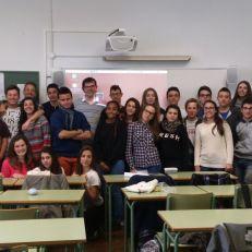 Javi Perez, en el centro, con los alumnos del Celia Viñas