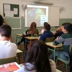 Nani Alonso dando una charla a alumnos del IES Celia Viñas