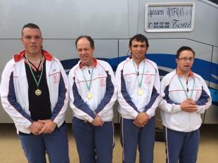 Los jugadores con su medalla al cuello