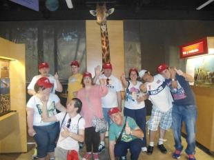 La jirafa tuvo que estirar el cuello para salir en la foto