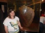 Montse junto a un fósil
