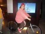 Ángela montada en bicicleta