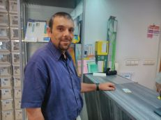 Iván presenta su DNI para solicitar la documentación en el mostrador de correos