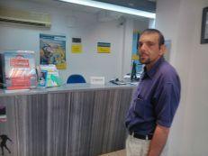 Iván esperando su turno en la oficina de correos