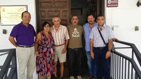 Jose Miguel, Carmen Mari, Rosendo, Antonio, Paco e Iván en la puerta de los estudios de Candil Radio