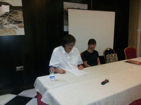 Javi Perez leyendo su ponencia