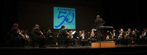 La banda municipal de música de Almería bajo el logo del 50 aniversario de ASPAPROS