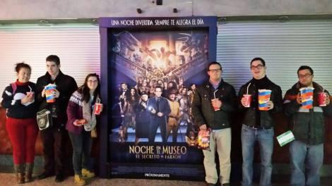 Jóvenes del PTVAL  en la puerta del cine.