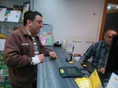 Francisco entregando el sobre con su voto en el mostrador de correos