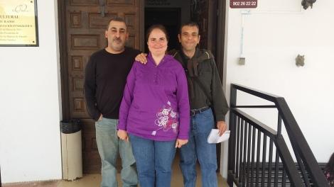 Antonio Almécija, Isa García e Iván Montero en la puerta de Candil Radio