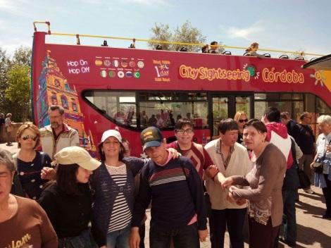 El grupo preparándose para visitar la ciudad en un autobús turístico